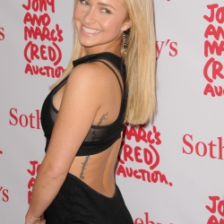 Hayden Panettiere cleavage