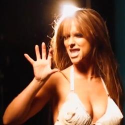 Jennifer Love Hewitt sexy in behind the scenes