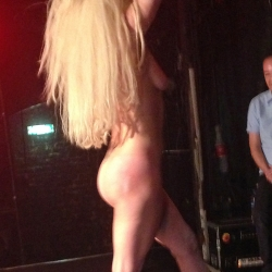 Lady Gaga strips nekkid on stage in London